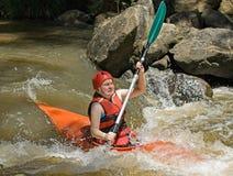 Het kayaking van de stroomversnelling Stock Afbeeldingen