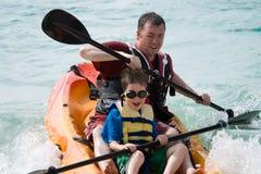 Het kayaking van de vader en van de zoon Stock Afbeeldingen