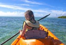 Het kayaking van het meisje in de Cara?ben Royalty-vrije Stock Foto's