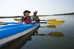 Het kayaking van het paar. Stock Foto