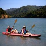 Het kayaking van het paar Stock Afbeeldingen