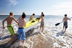Het kayaking van tieners Stock Foto's