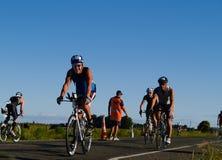 Het keerpunt van fietsers appoach halverwege. Royalty-vrije Stock Afbeeldingen