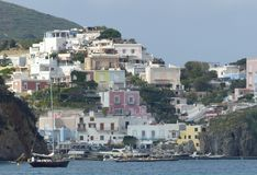 Het kenmerk streek en kleurde dorp van het Eiland Ponza in Italië neer stock foto's