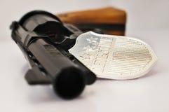 Het kenteken en de revolver van de detective stock afbeelding