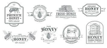 Het kenteken van het honingslandbouwbedrijf Het imkerijembleem, retro bijenkentekens en de uitstekende hand getrokken weide etike royalty-vrije illustratie