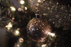 Het kerstboomornament schittert onduidelijk beeld met bokeh Stock Afbeelding