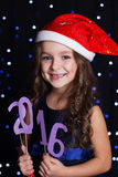 Het kerstmanmeisje houdt 2016 document cijfers, nieuw jaar Stock Foto