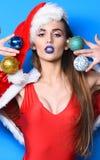 Het kerstmanmeisje sexy met maakt omhoog Viert vrouwen aantrekkelijke santa nieuw jaar De maskerade van de Kerstmispartij van het royalty-vrije stock foto