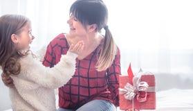 Het Kerstmisconcept, de Dochter geeft een gift aan haar moeder stock afbeeldingen