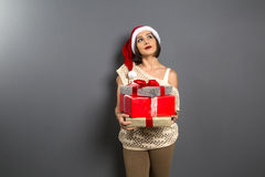 Het Kerstmismeisje kijkt omhoog leeg de giftvakje van de exemplaar ruimtegreep heden, y stock fotografie