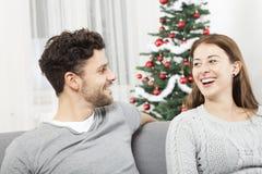 Het Kerstmispaar is gelukkig en lach Stock Foto