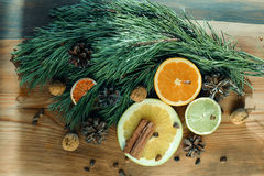 Het Kerstmisstilleven, sinaasappel, schat, kaneel, pijnboom vertakt zich en nuds Royalty-vrije Stock Foto's