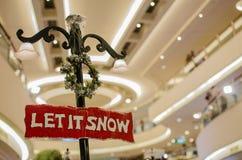 Het Kerstmisuithangbord liet het sneeuwen Stock Foto