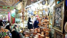 Het keukengerei slaat in Vakil-Bazaar in Shiraz, Iran op stock footage