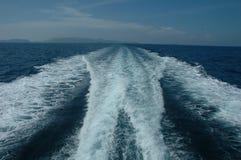 Het kielzog van de boot in oceaan Stock Fotografie