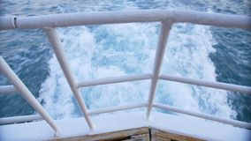 Het kielzog van een boot zoals die van de kant van een schip wordt gezien stock footage