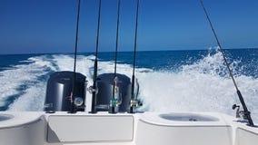 Het kielzog van een vissersboot die in de Atlantische Oceaan draaien stock afbeeldingen