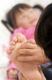 Het kietelen van voeten Royalty-vrije Stock Fotografie