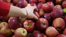 Het kiezen en het kopen appelen bij de opslag stock videobeelden
