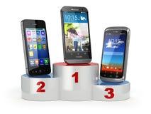 Het kiezen van de beste cellphone of vergelijkings mobiele telefoons Smartp Stock Afbeeldingen