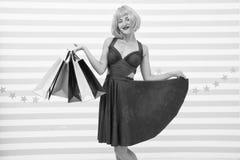 Het kiezen van de beste Manier Zwarte vrijdagverkoop Laatste voorbereidingen grote verkoop in winkelcomplex Gek meisje met het wi royalty-vrije stock foto