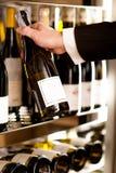 Het kiezen van de beste wijn Stock Fotografie