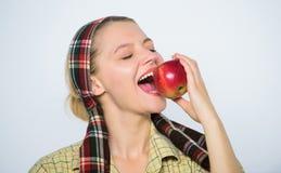 Het kiezen van de verste appelen Skincare de zomerfruit van de de lenteoogst boomgaard, tuinmanmeisje met appelmand vitamine stock fotografie