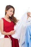 Het kiezen van een blouse Royalty-vrije Stock Foto