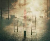 Het kiezen van een verschillende trap aan onbekend stock foto