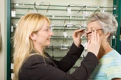 Het kiezen van glazen bij de opticien Royalty-vrije Stock Afbeelding