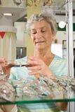 Het kiezen van glazen bij de opticien Royalty-vrije Stock Foto