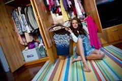 Het kiezen van kleren Stock Fotografie