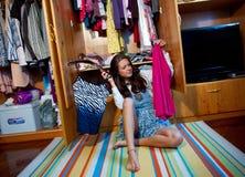 Het kiezen van kleren stock afbeelding