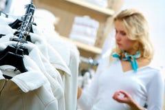 Het kiezen van kleren royalty-vrije stock foto