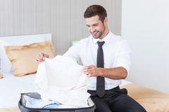 Het kiezen van nieuw te dragen overhemd Stock Afbeeldingen
