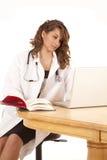 Het kijken in boek arts Royalty-vrije Stock Foto