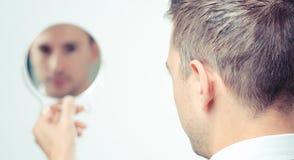 Het kijken in de spiegel en het nadenken Royalty-vrije Stock Foto