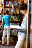 Het kijken door boeken Stock Foto