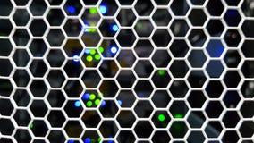 Het kijken door de deuren van het honingraatpatroon binnen het moderne grote rek van de gegevensserver stock fotografie