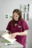 Het kijken door de medische dossiers van een huisdier Stock Foto