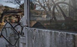 Het kijken door Dusty Windshield van Oude Vrachtwagen royalty-vrije stock fotografie