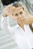 Het kijken door frame - gezichtsonderneemster Royalty-vrije Stock Foto