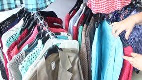 Het kijken door kleren Stock Foto