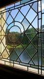 Het kijken door lood paned venster Stock Foto