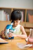 Het kijken door microscoop Stock Foto