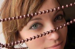 Het kijken door pareljewelery Royalty-vrije Stock Afbeelding