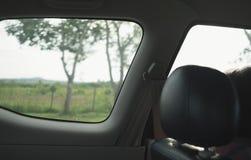 Het kijken door venster van autobinnenland Reis op weekend Stock Foto's