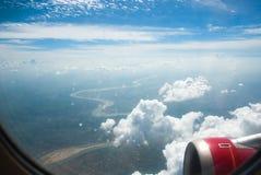 Het kijken door venstervliegtuigen tijdens vlucht met een goede mening Royalty-vrije Stock Afbeeldingen