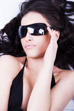 Het kijken door zonnebril Stock Foto
